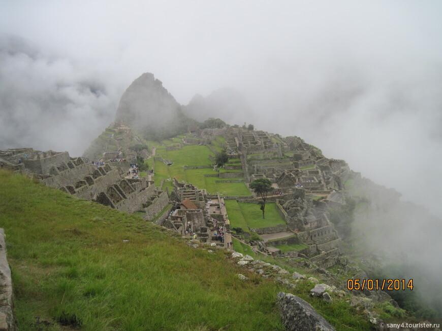 И вот он, вид, знакомый по множеству фотографий. Древний город Мачу Пикчу.