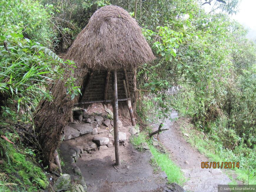 Для отдыха поднимающихся сделаны соломенные навесы и каменные скамьи.
