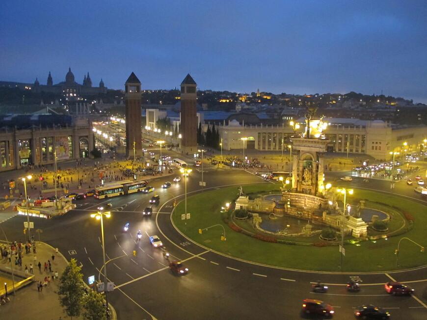 Площадь Испании построена ко Всемирной выставке 1929 года. Фонтан с тремя скульптурами на три стороны символизирует три стихии: Средиземное море, Атлантический океан и Бискайский залив  . Это вторая по величине площадь в стране, после одноименной площади в Мадриде. Высота колонн 47 метров, это копии колонны с площади Сан Марко в Венеции.