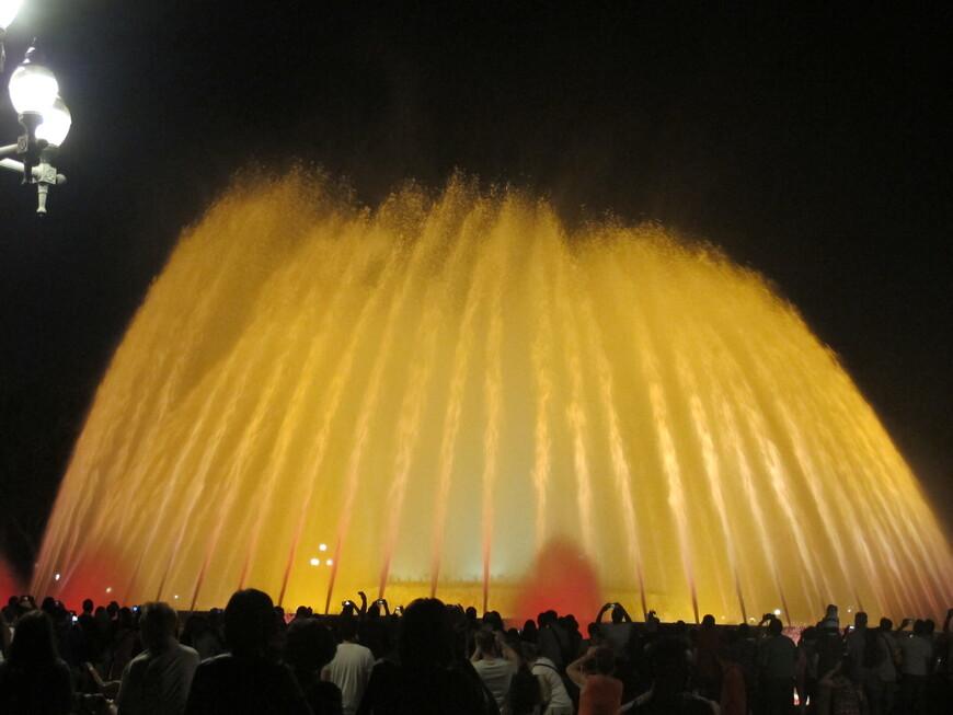 Магический фонтан построен также к выставке 1929 года. К олимпиаде 1992 года фонтан был отреставрирован и добавлено музыкальное сопровождение. Теперь это настоящее шоу поющих фонтанов