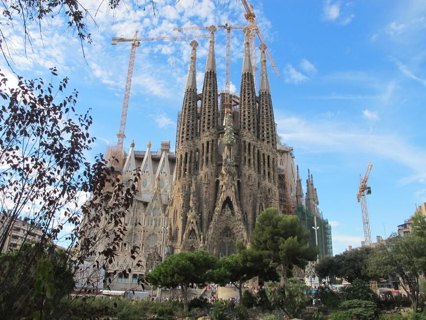 Искупительный храм Святого Семейства строится с 1882 года только на пожертвования граждан.Освящен 7 ноября 2010 года.