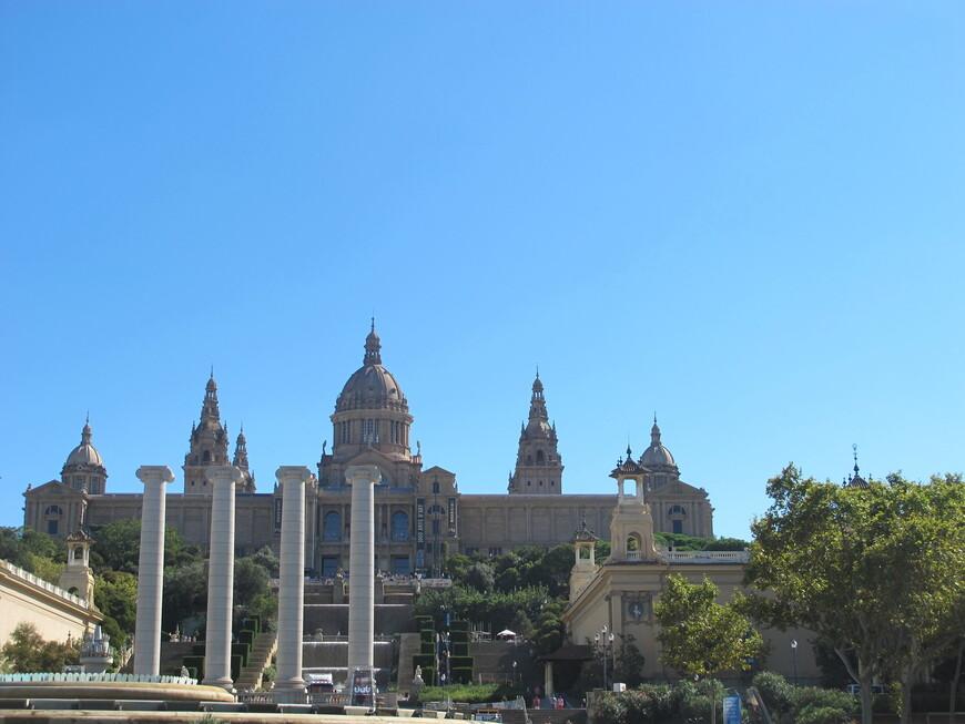 Национальный дворец построен ко Всемирной выставке 1929 года в классическом стиле. С 1934 года во дворце Национальный музей