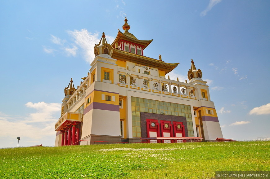 """06. Конечно же главная достопримечательность Элисты это """"Золотая обитель Будды Шакьямуни"""" (калм. Бурхн Багшин алтн сүм) — крупнейший буддийский храм Республики Калмыкия, один из крупнейших буддийских храмов в Европе."""