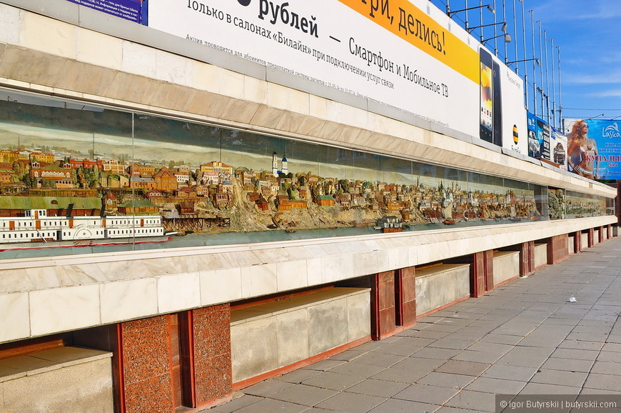 05. На площади организованное такое панно с историей города. Панно объемное, интересное место.