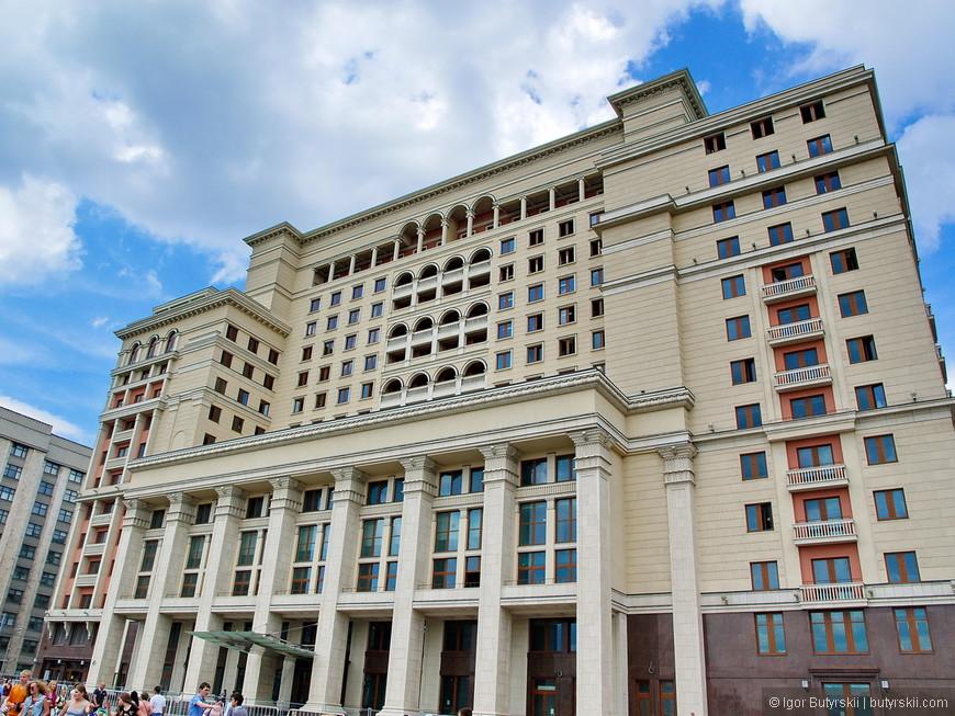 09. Здание гостиницы «Москва». Наверное, самый странный и глупый новострой в столице. Здание 20-х годов постройки разобрали в 2004 году и построили заново точно такое же. Причем при возведении нового «куда-то» пропали около 100 миллионов долларов.