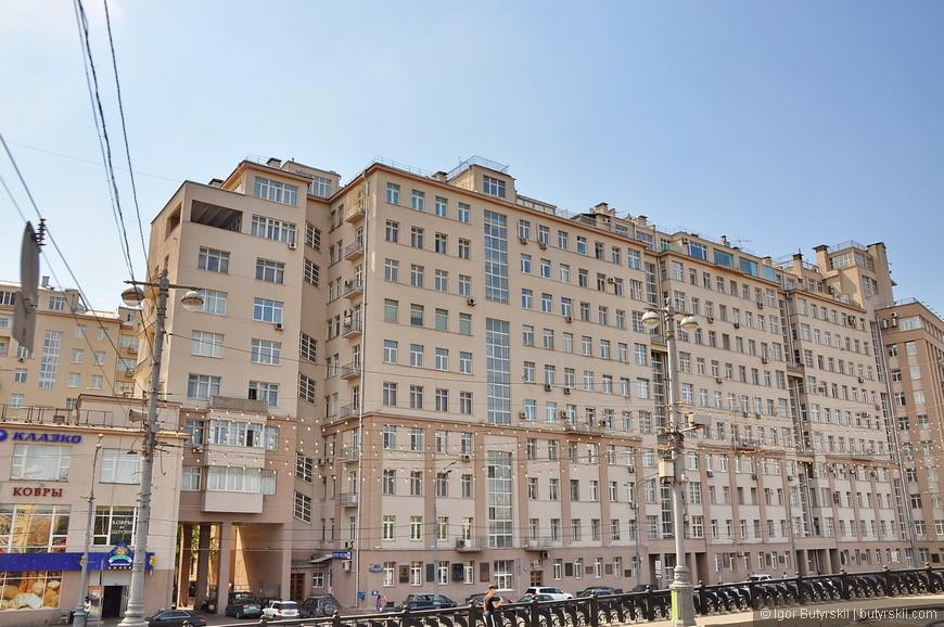 11. Легендарный «Дом на набережной», дом в котором жила верхушка правления страной в советское время, дом из которого вывозили целыми семьями репрессированных людей. Он был напичкан средствами прослушки и является символом «большого террора» 30-х годов двадцатого века.