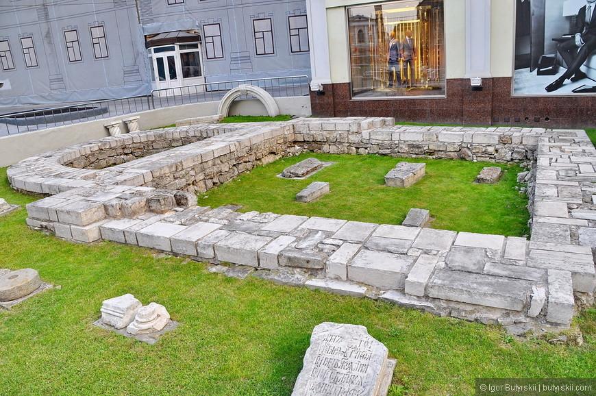 12. Фундамент старой церкви, и современные витрины – контрасты столицы.