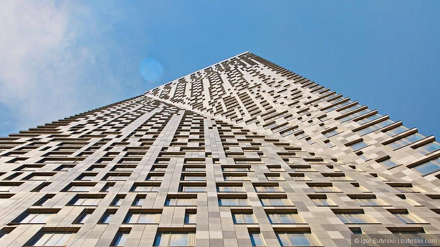 16. На последнем этаже здания продается квартира-пентхаус с бассейном, двухуровневая, с отдельным подъездом и лифтом, всего за полтора миллиарда рублей.