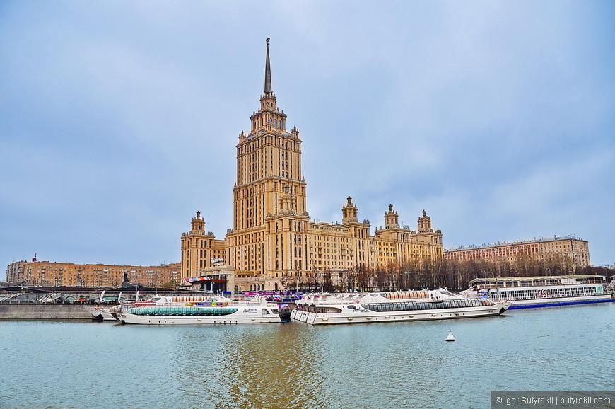 32. Здание гостиницы «Украина», тоже одна из «сталинских высоток», находится в непосредственной близости к Правительству России и Москвы, а также недалеко от Москва-Сити и парка Красная Пресня. Обслуживается мировой сетью Рэдиссон.