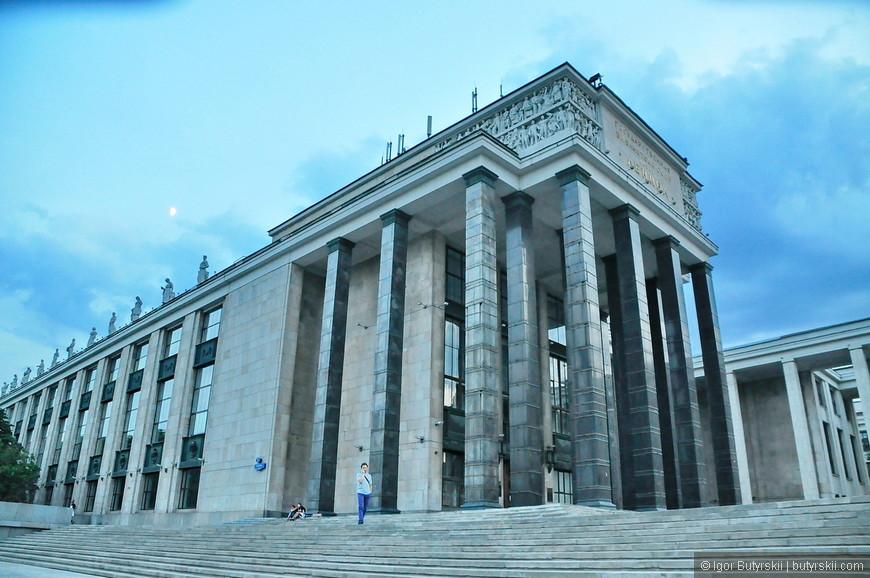 38. Библиотека имени Ленина, одно из немногих зданий советской эпохи, которое как мне кажется, отлично вписалось в центр столицы.