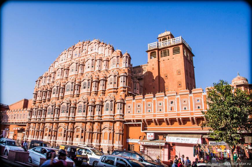 Хава-Махал построен в 1799 Пратаром Сингхом для своих жен, чтобы они, не выходя из дворца, могли наблюдать уличную жизнь и праздничные шествия. (Раджпуты были многоженцами, число жен раджи могло доходить до 30, помимо наложниц.)