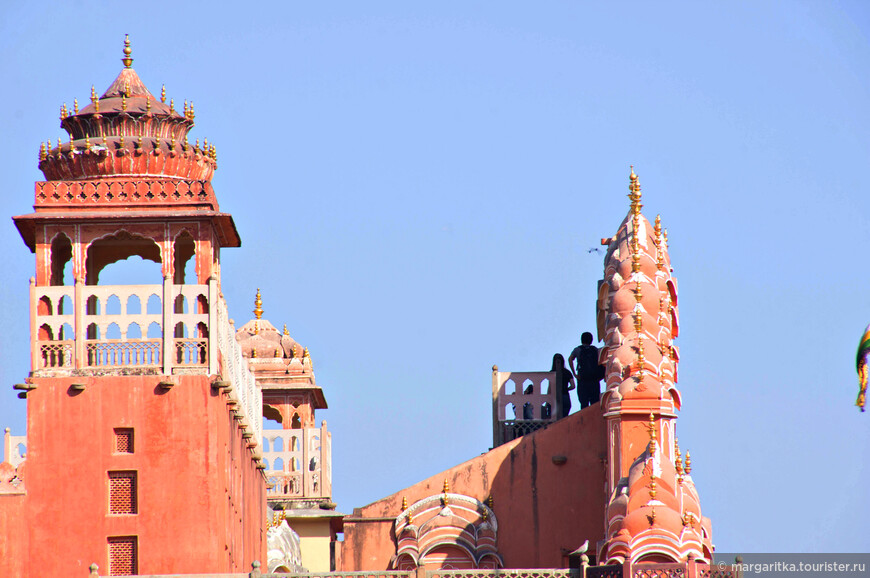 вид на Хава Махал с боку. Как раз видны фигурки желающих побыть в роли жен раджи и поглазеть на индийские улицы через окошки махарань