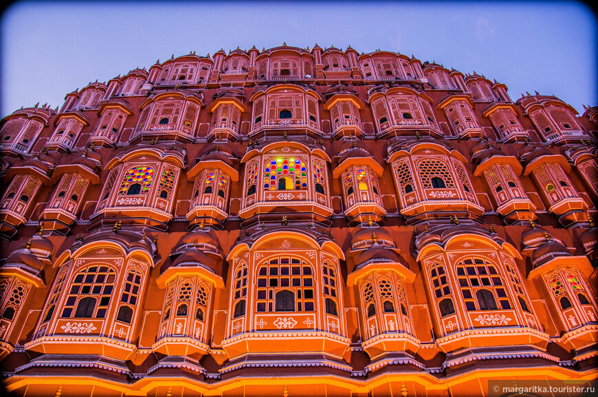 Дворец Ветров строился в восхваление бога Кришны. Существует мнение, что форма дворца повторяет венец, которым индийский бог Кришна увенчал свою голову.