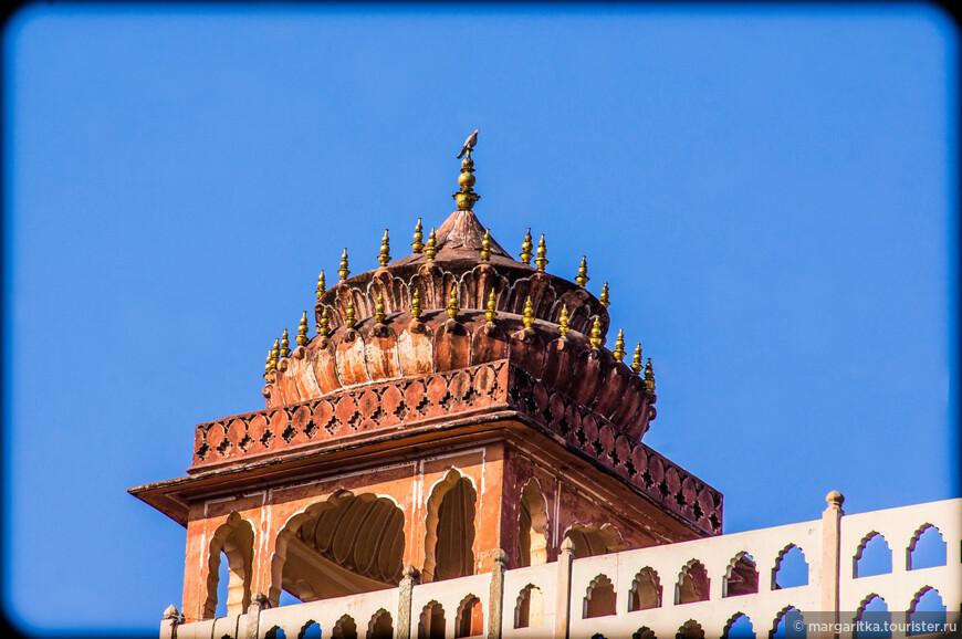 Помимо окон, фасад здания изобилует миниатюрными балконами, украшенными кружевными орнаментами