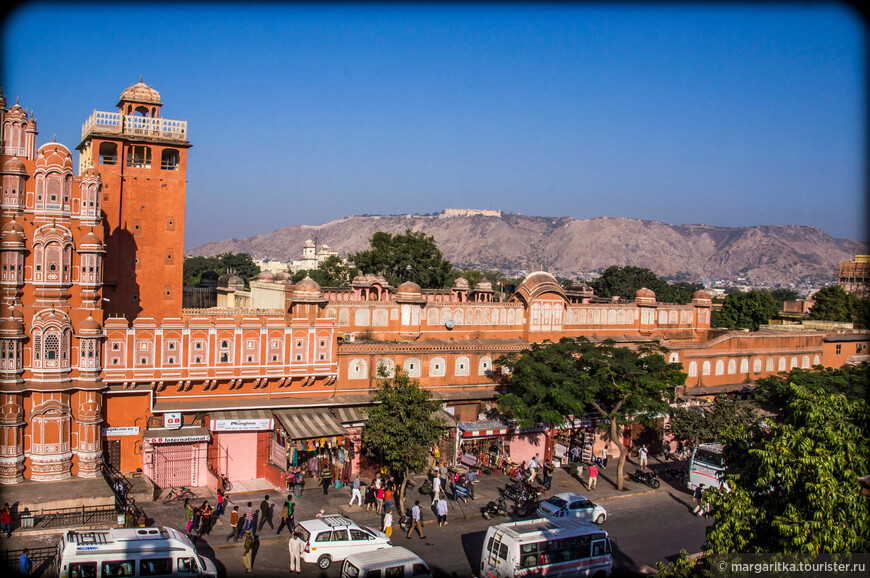 идеальный осмотр Хава Махала из  здания напротив. Там на самом верхнем этаже находится ювелирная лавка для богатых.