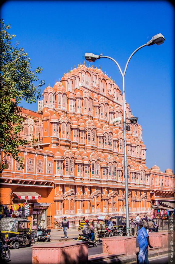 Дворец Хава Махал (также известный, как Дворец Ветров) находится в центре Джайпура. Главной особенностью строения является его архитектура и внешний облик.