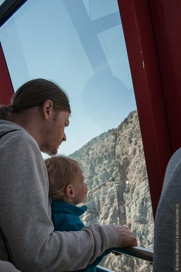 Люди смотрят из кабины.