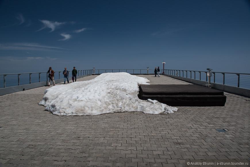 Куча снега на верхней площадке.