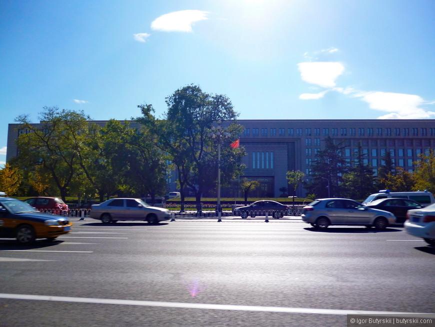 13. Правительственные здания в Пекине фотографировать запрещено, поэтому приходится на ходу.
