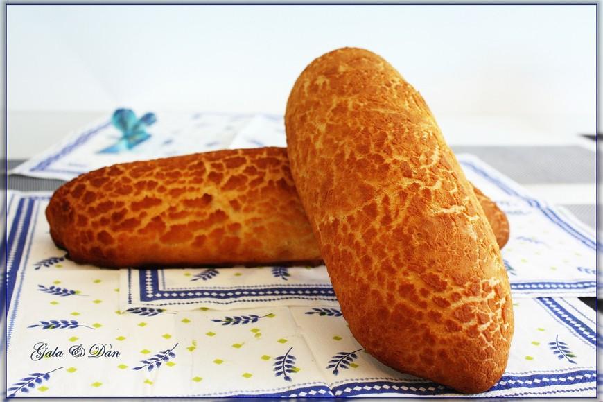 Начну с того, что пеку сама. Тигровый хлеб - это традиционный голландский хлеб. Он не только оочень вкусен, но и обладает интересной поверхностью... Нежный и вкусный мякиш и отличная хрустящая корочка - вот такой он, тигровый хлеб...  Корочка создается специальным пекарским приёмом ;))