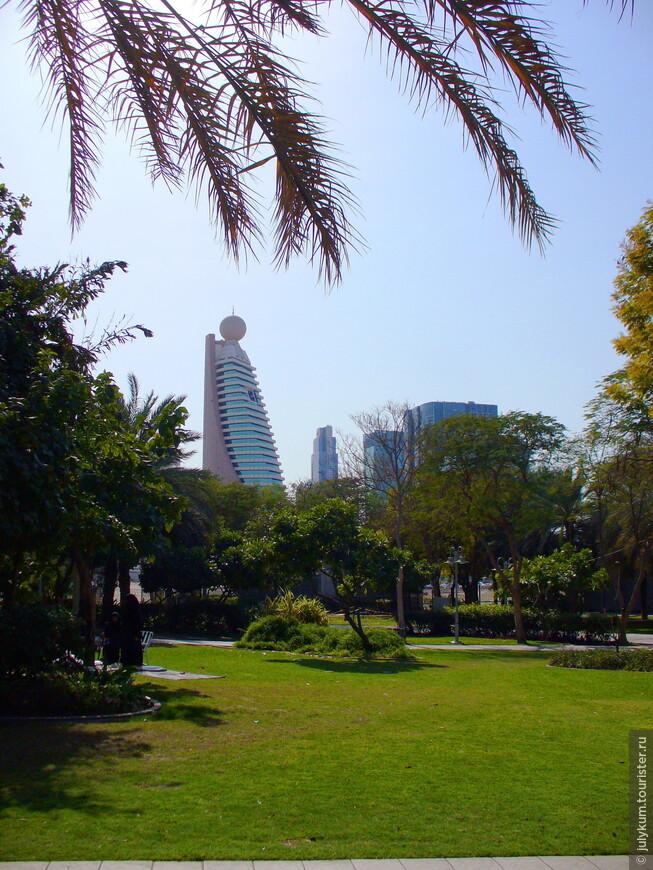 Вид из парка на небоскребы района DIFC (Dubai International Financial Center)