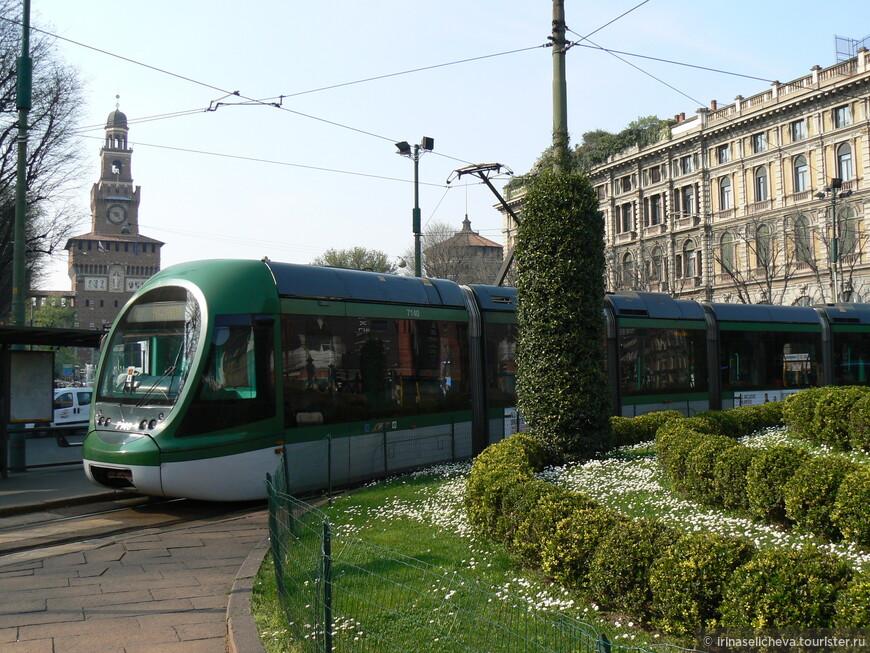 миланский трамвай, а за ним замок Сфорца