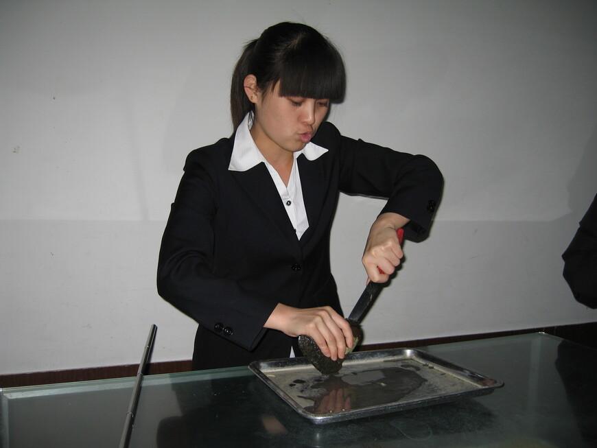 Вскрытие жемчужной устрицы на Жемчужной фабрике