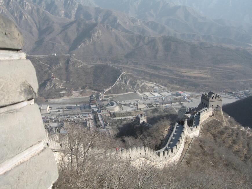 Вид с четвертой башни. Не везде стена, длиной около 9000 км, так хорошо сохранилась