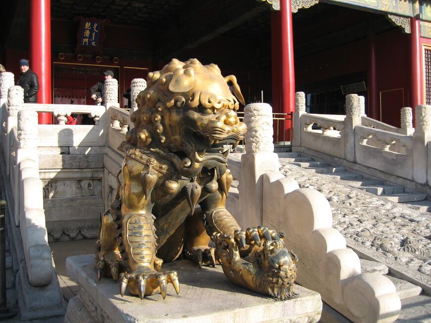 У входа лев, символ власти