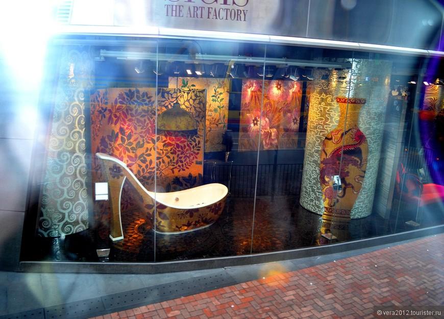 Магазин интерьеров ванной комнаты - снимок сделан из окна трамвая, поэтому некачественно:(                           Туфелька - собственно ванна. Очень понравилось