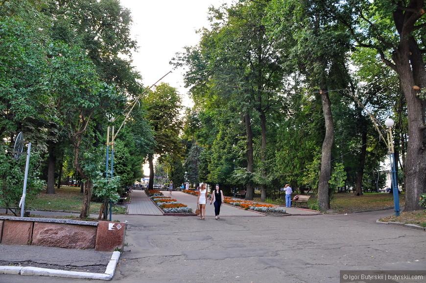 03. Как вам пешеходная зона? Деревья невероятно шикарные для такого места, природные богатства намного превосходят городские.