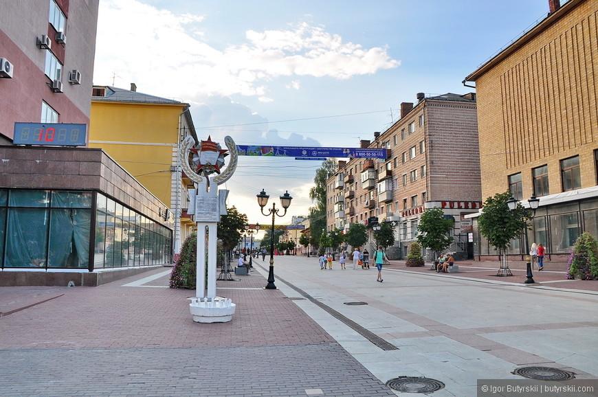 07. Пешеходная улица с более приличным видом, посмотрите на здания, вы такой «Арбат» видели еще где-нибудь?