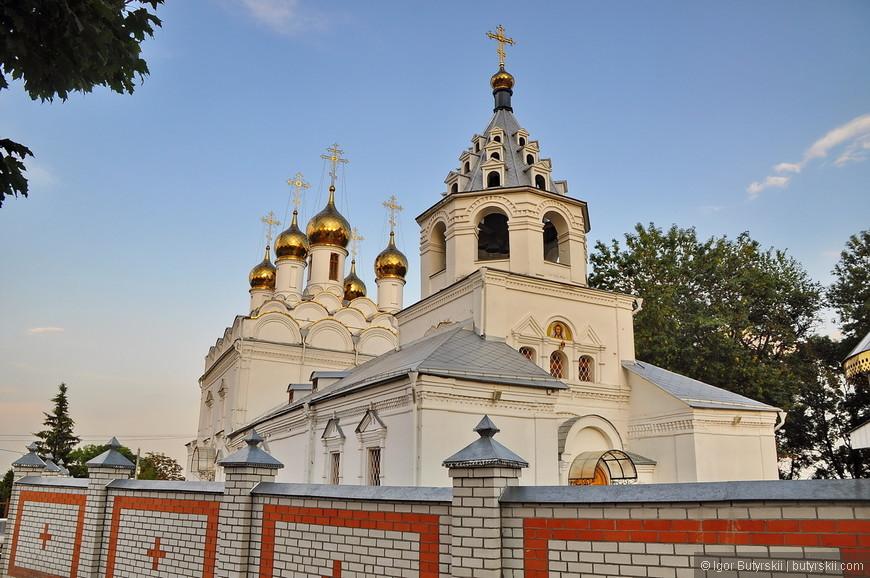 09. Церковь очень красивая, очень интересный забор вокруг, даже крестики сделали, но вот зачем он нужен я так и не понял…
