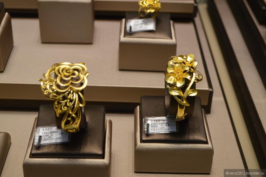 Поразило обилие изделий из чистого золота, т.е. 999 и выше пробы. На востоке очень популярны ювелирные украшения из чистого золота. В Китае чистое золото называют Чук Кам или Чук Пак Кам, что в дословном переводе означает «правильное золото».
