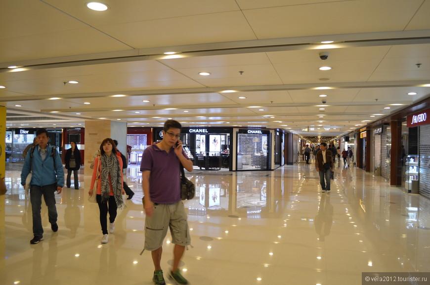 Практически везде выход из метро пролегает через такие вот торговые центры. Иногда они превращаются в ловушку, из которой трудно найти выход, и приходится обращаться за помощью...