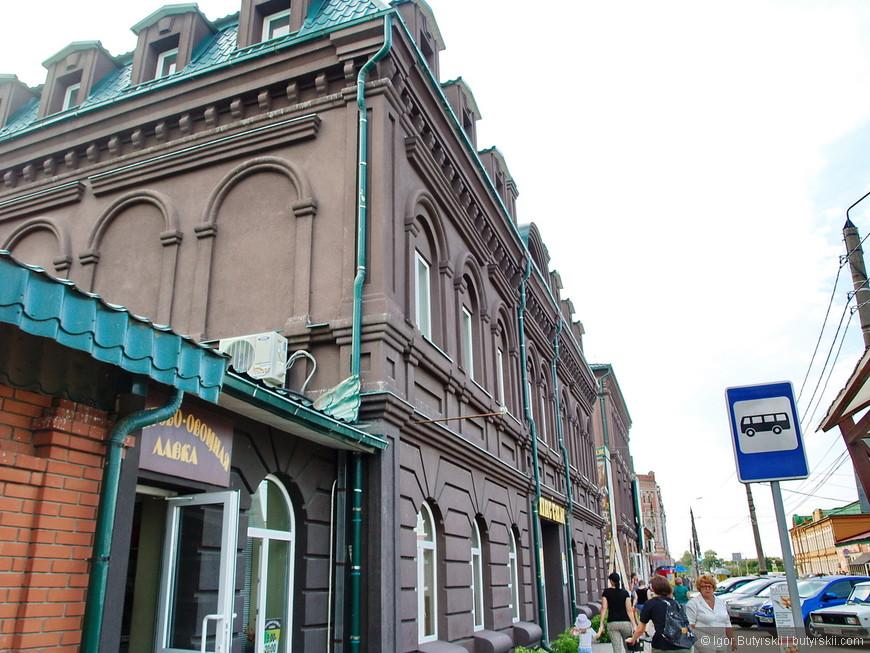 27. Некоторые здания уже отреставрированы, покрашены и облагорожены. Даже вывески культурные.