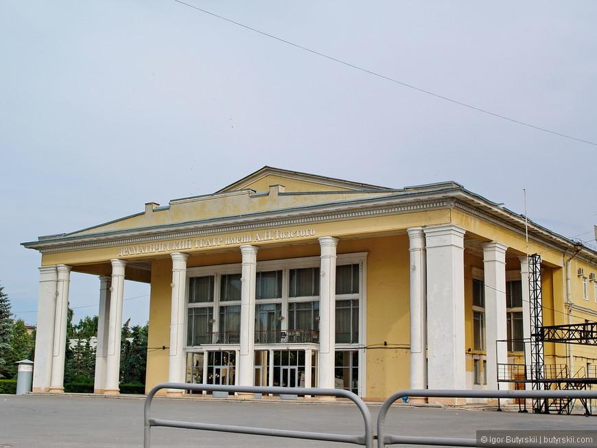 36. Драматический театр. Город обладает невероятным туристическим потенциалом: тут есть Кремль, исторический центр, великолепные здания, Волга. Но все это просто разрушается.