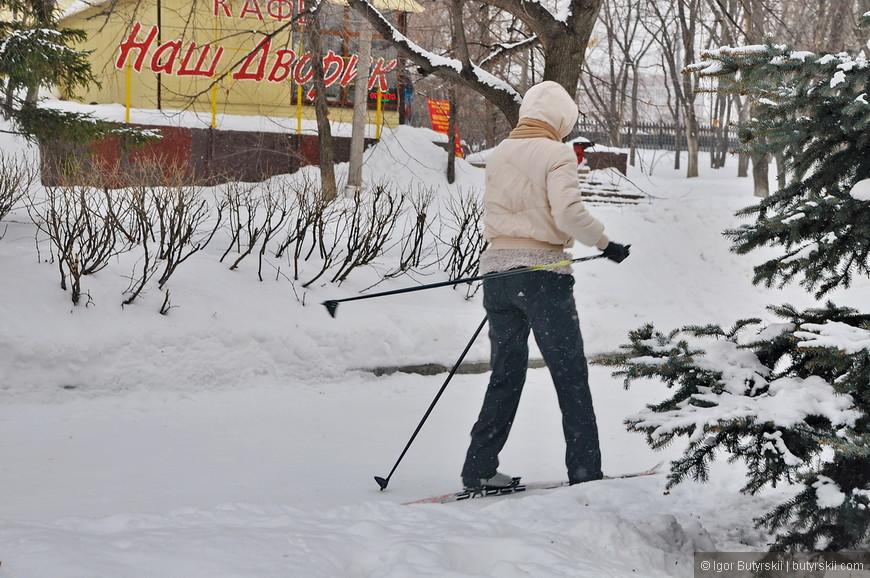 23. Много лыжников, некоторые катаются семьями – отличное использование парка.
