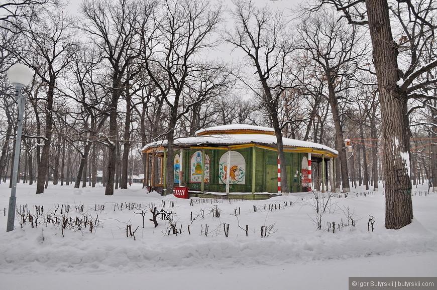 27. Зимний парк похож на заброшенный, но людей в нем хоть и не много, но все же встретить не трудно. Дето в том, что парк имеет огромную площадь.