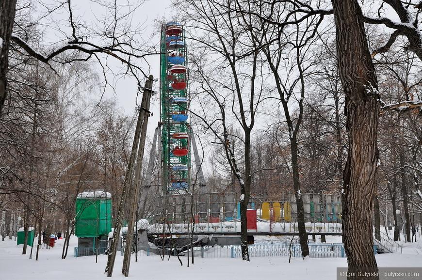 28. Аттракционы действующие, классические советские. Парк был открыт в 32 году.