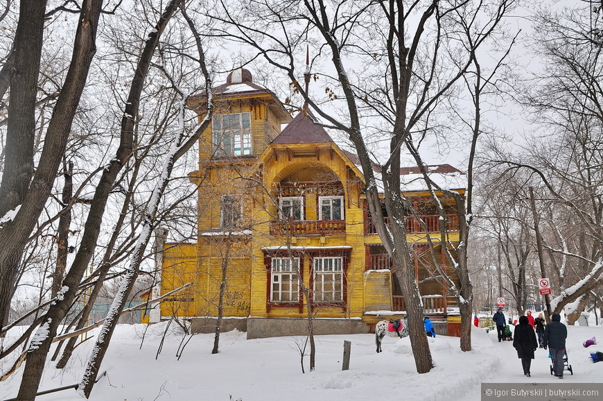 30. Здание администрации парка недалеко от спуска в Волге.