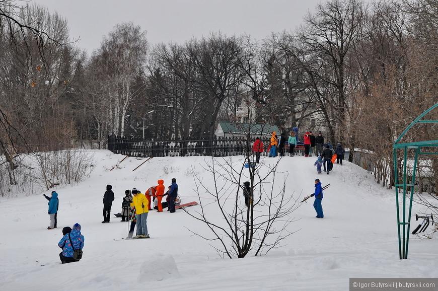 32. С горки катаются дети, вот тут зима им на руку.