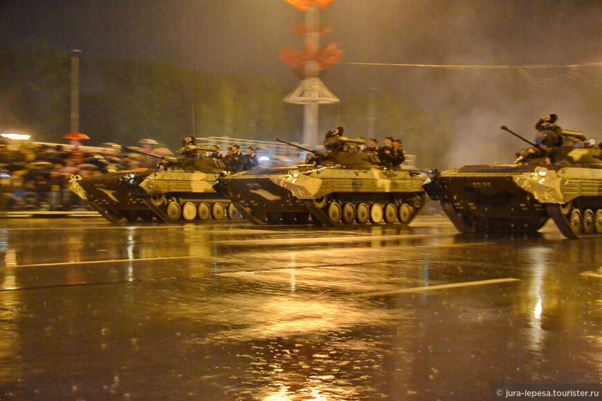 Как только начался военный парад,дети стали массово сбегать,тут вам не до зрелищ,высохнуть бы.