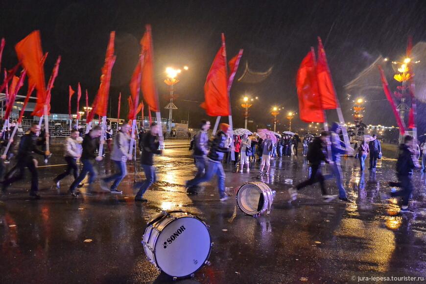 И бегом прятаться  от дождя.Кинули барабаны,хорошо хоть флаги не оставили мокнуть.