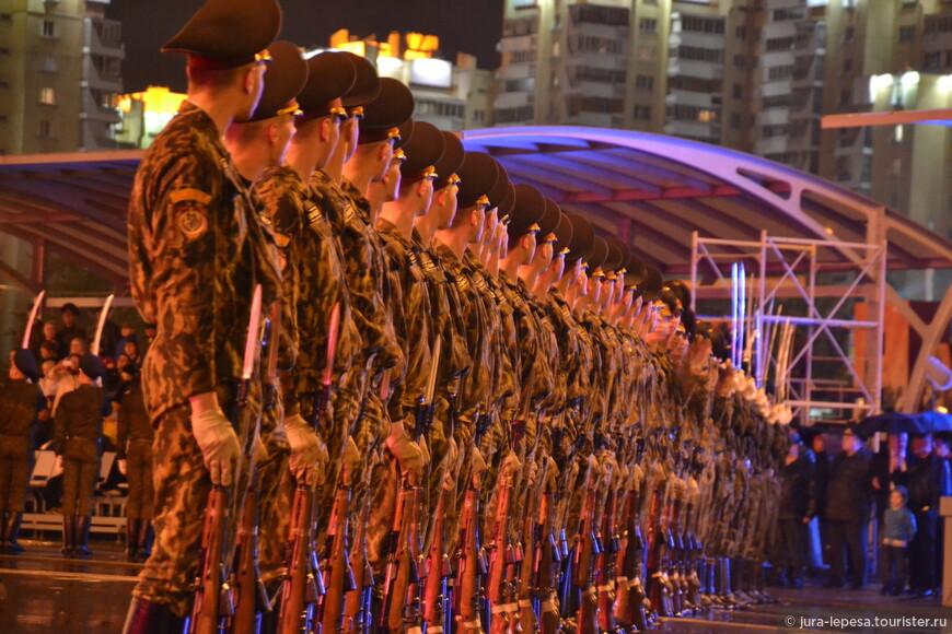 В параде приняли участие 5 тысяч военнослужащих и около 250 единиц боевой техники.