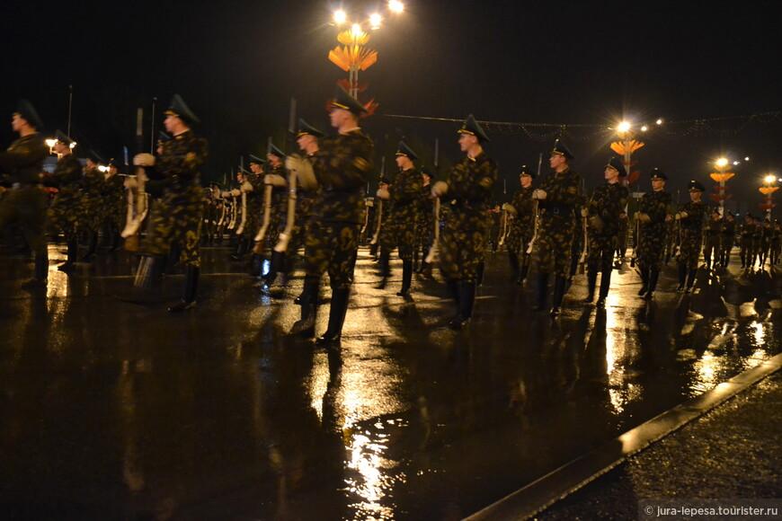 Лихая погода – не помеха для проведения генеральной репетиции парада в честь 70-летия Великой Победы. По самым скромным подсчетам, здесь собрались около двух тысяч зрителей.