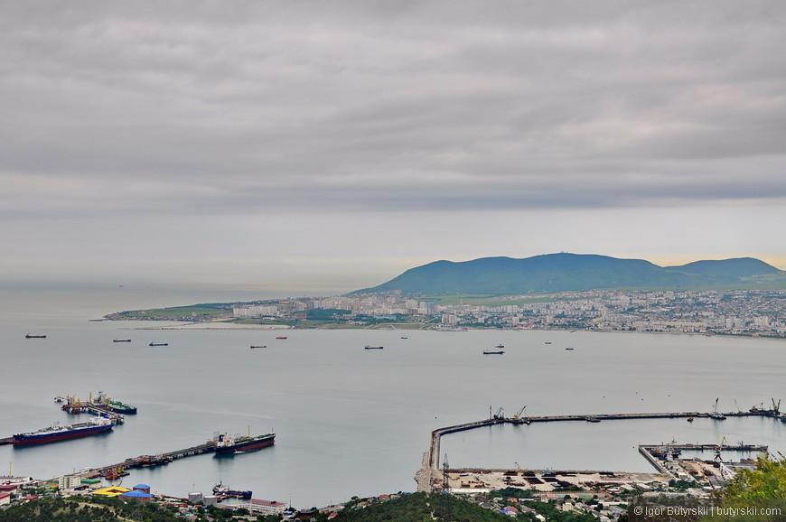 04. Морской порт расположен на его северо-восточном побережье в незамерзающей и удобной для судоходства Новороссийской или Цемесской бухте. Навигация в порту длится круглый год.