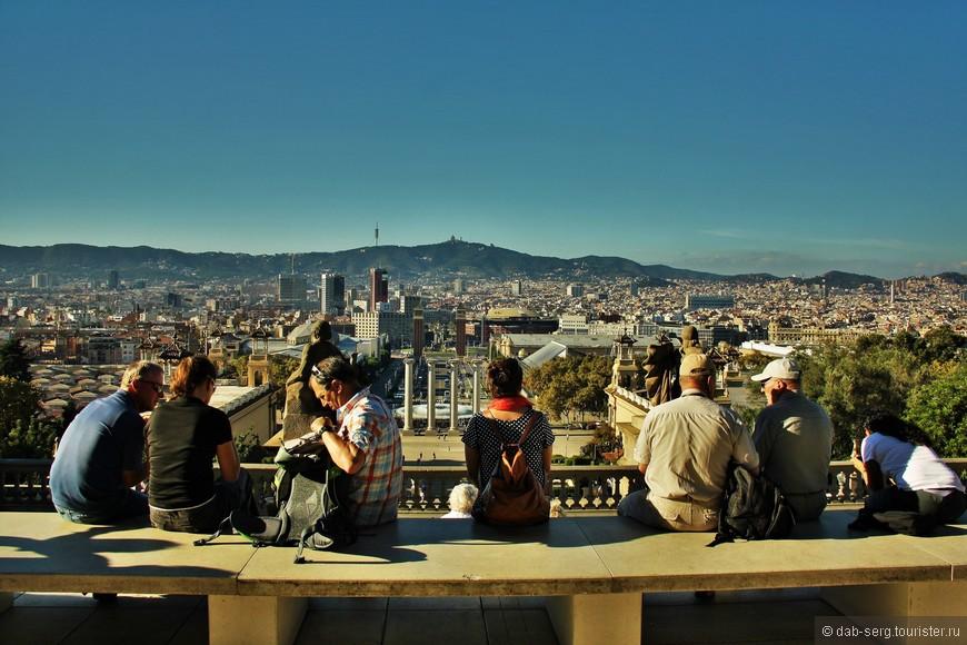 """Монтжуик переводится как """"еврейская гора"""", что может объясняться еврейским захоронением, найденным археологами на холме. Монтжуик - это главные достопримечательности Барселоны, собранные в одном месте. Холм просто усыпан музеями, парками и другими местами, тем, что надо посетить в Барселоне. С холма открывается великолепный вид на город."""