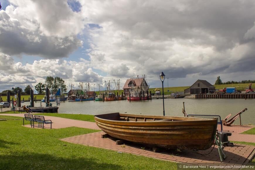 В каждой прибрежой деревушке - в наличии маленький порт.
