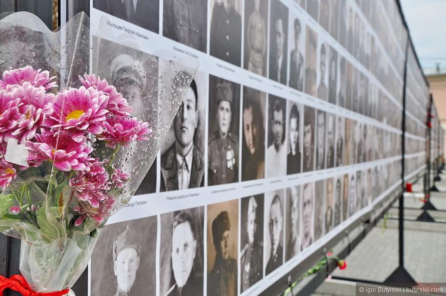 13. Люди несут цветы прямо к портретам.